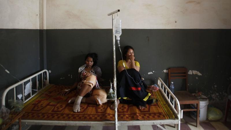 Trabalhadoras do Camboja recuperam de um desmaio coletivo na fábrica