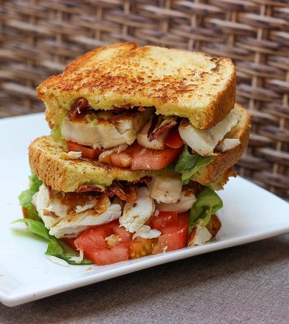 Sandwich delicioso de pollo marinado