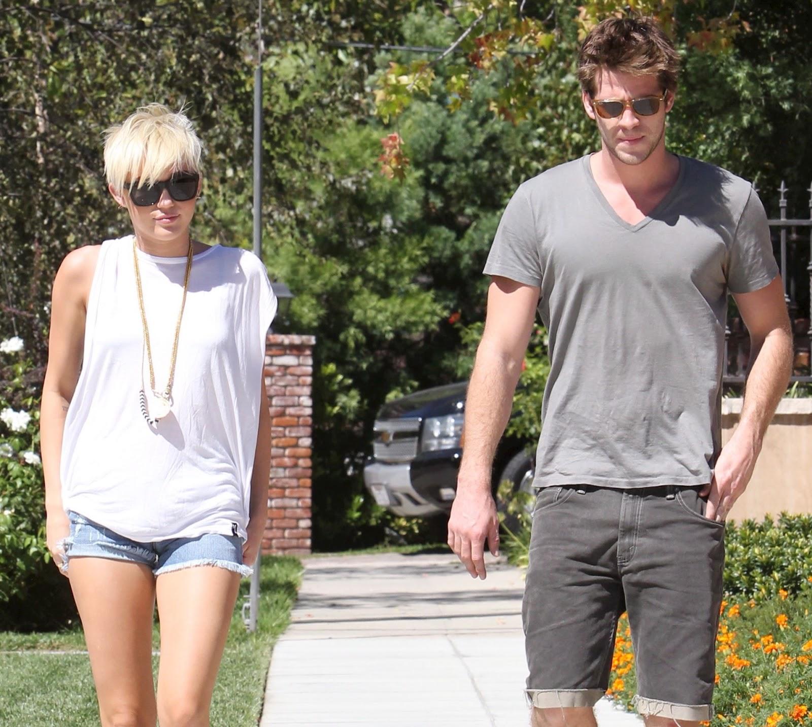 ekskluzywny asortyment wylot najwyższa jakość Steal Their Style: Miley Cyrus in Jet Jean Shorts & Dr ...