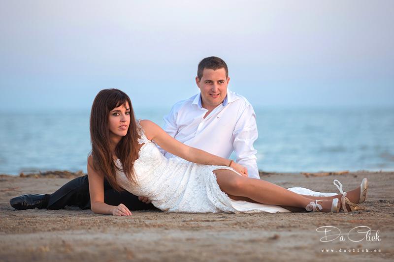pareja novios arena mar