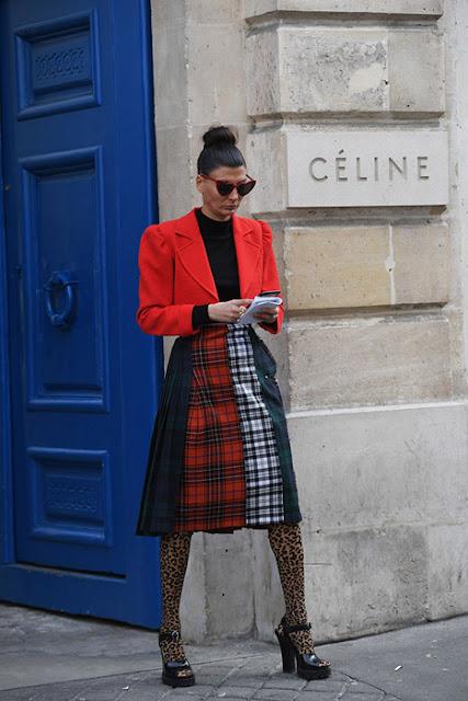 Девушка в колготках с леопардовым принтом и клетчатой юбке