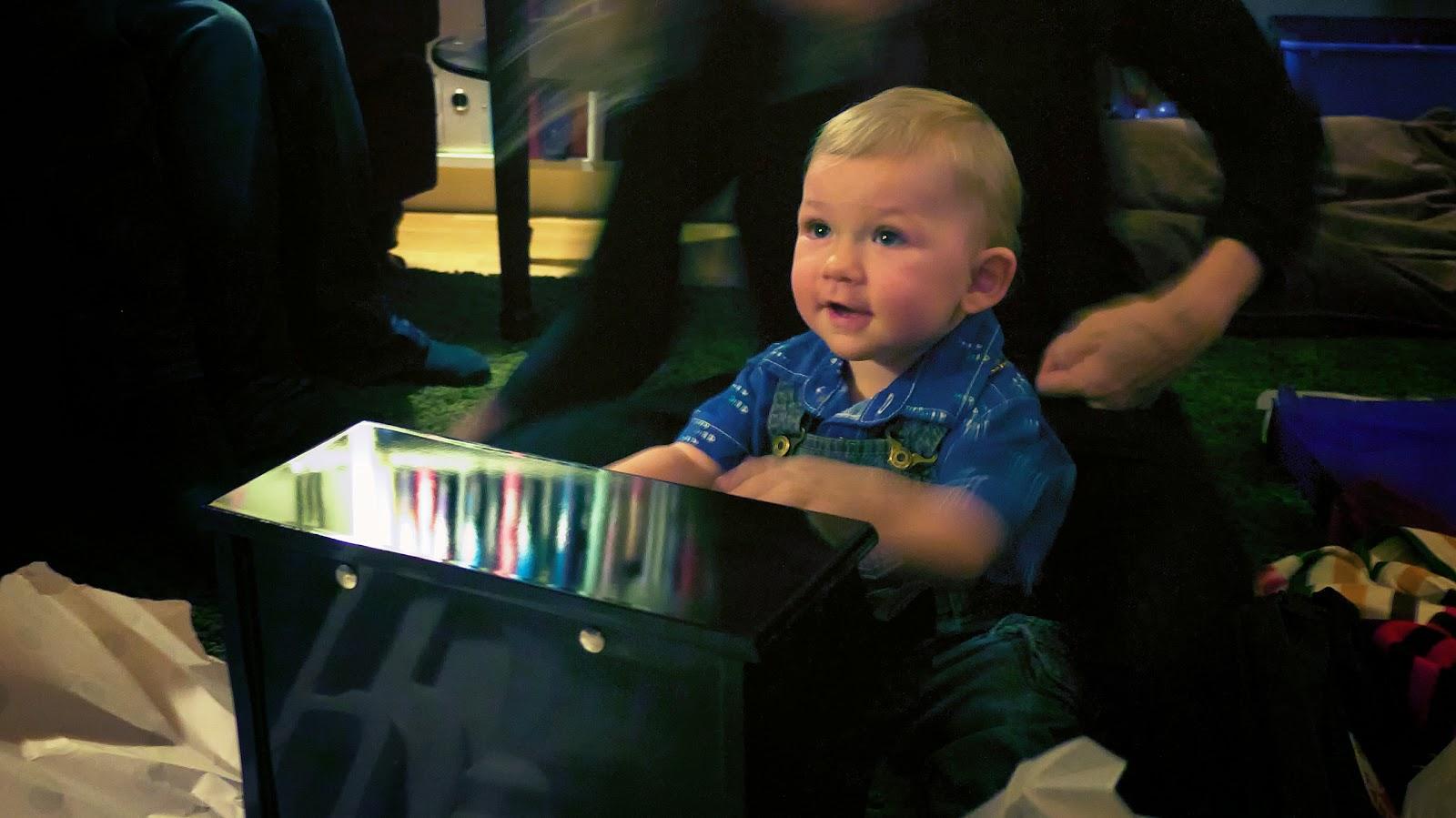 Sebastian spelar på sin nya mini-flygel
