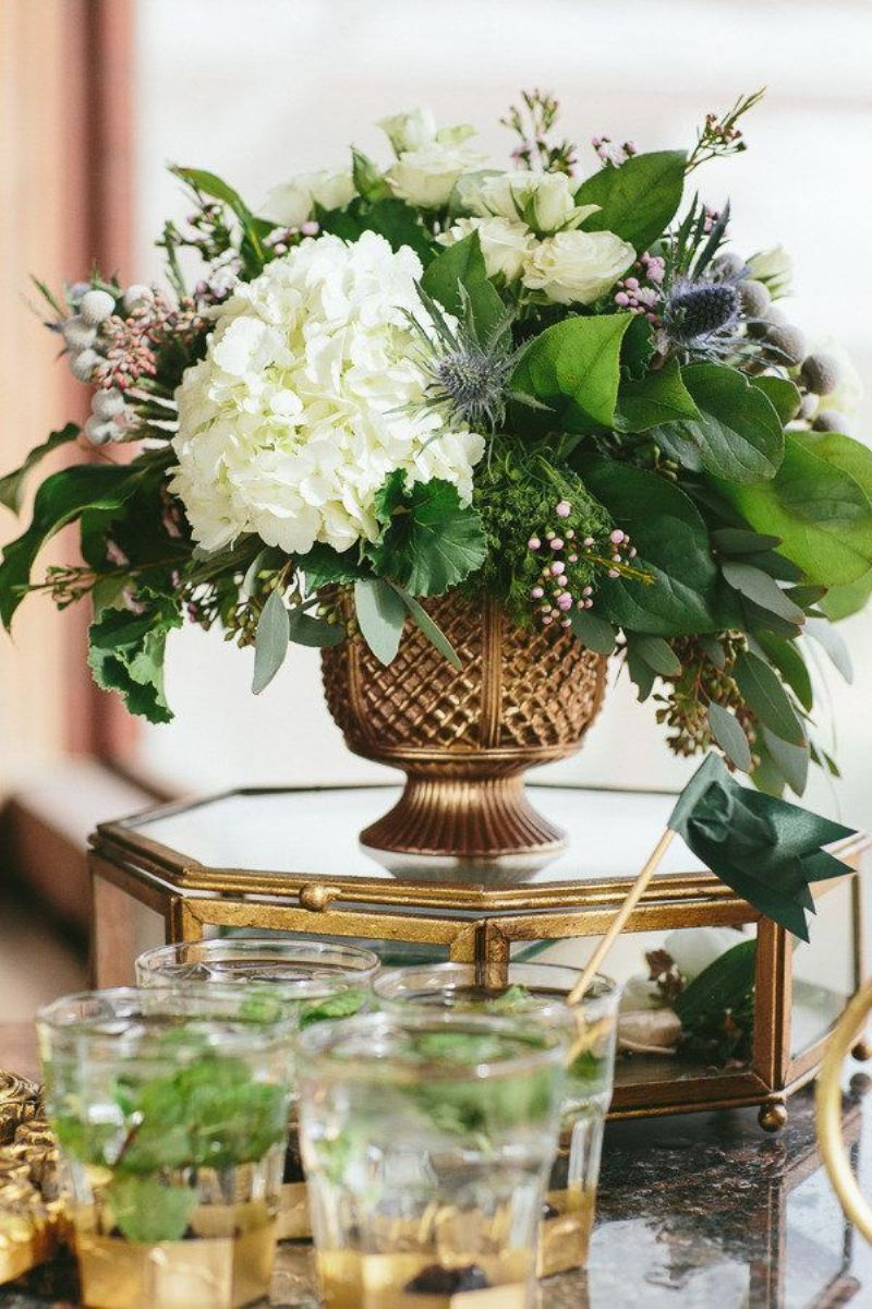 10 Stunning Tablescapes in Green and Gold - via BirdsParty.com