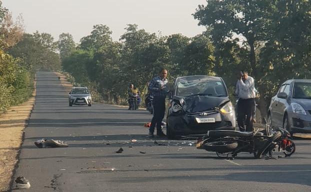 जबलपुर रोड पर कार बाइक में भिड़ंत.. बाइक चालक गंभीर,  कांग्रेस नेता के पिता और एक पत्रकार भी घायल..