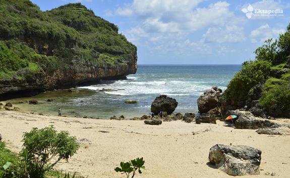 Keindahan Pantai Butuh
