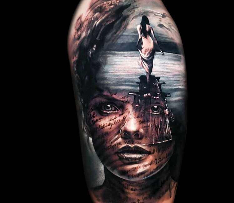 Evocador tatuaje de un rostro sobre un fondo de playa por el que camina una bañista en camisón