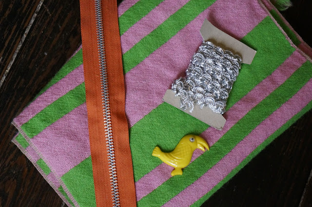 une écharpe 60s rayée , du galon argenté , un toucan futur broche ,   une fermeture éclair orange en métal  silvered braid , woolen pink and green striped scarf , orange metal zipper   yellow bird  1960s 1970s 70s