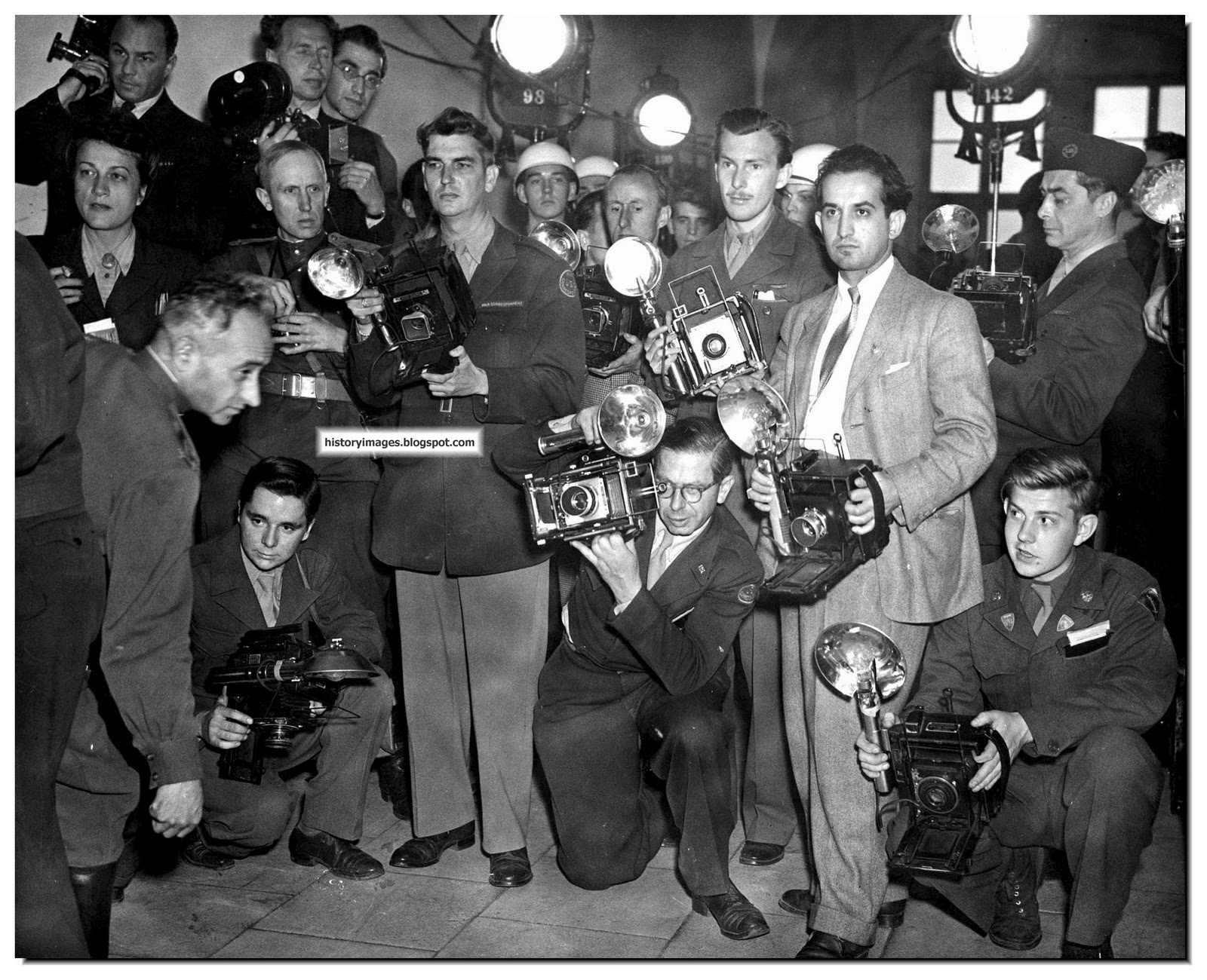 history in images pictures of war history ww nuremberg photographers covering the nuremberg trials 1946 they were not allowed inside the courtroom while the sentences were out