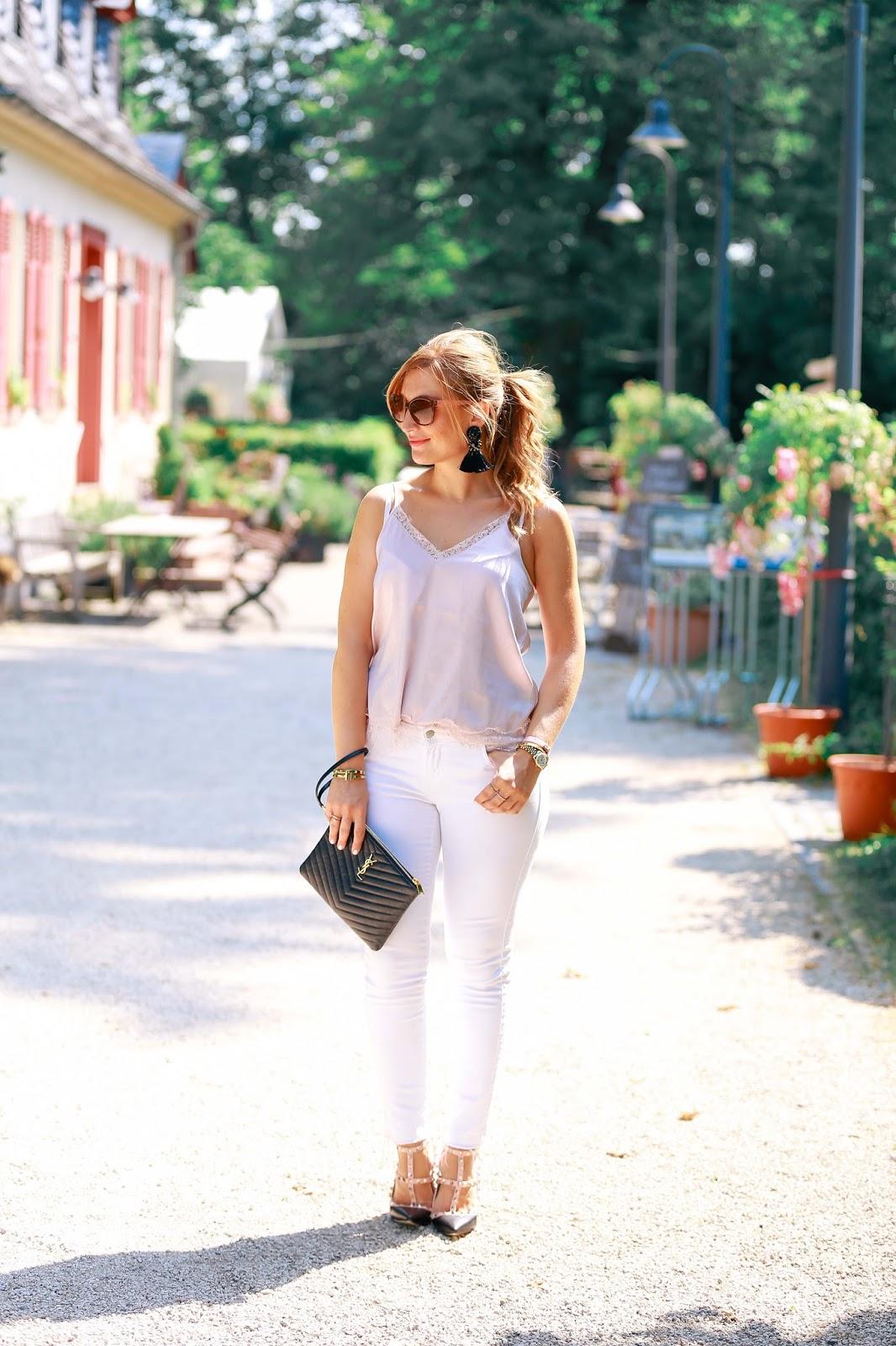 Streetstylelook-Fashionblogger-Frankfurt-Main-Modeblog-Alte-Oper-ysl-clutch-schuhe-mit-nieten-weiße-jeans-hängeohrringe-H&M