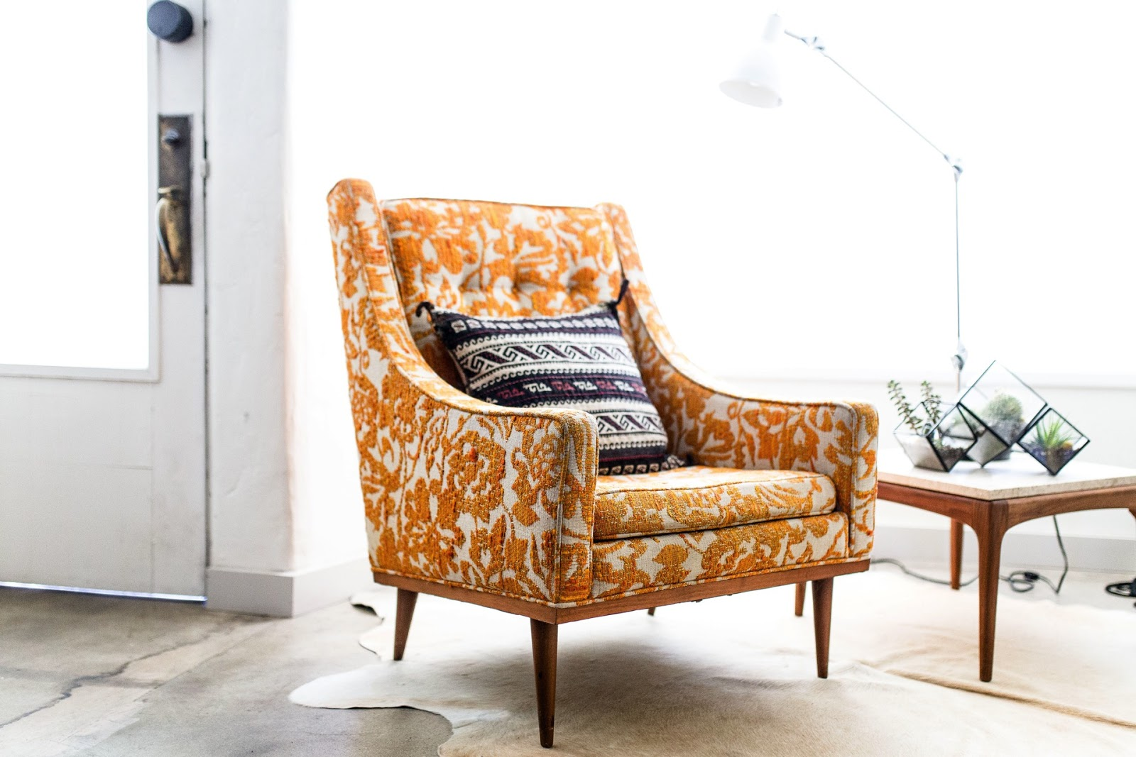 Retro fotel w nowoczesnym salonie