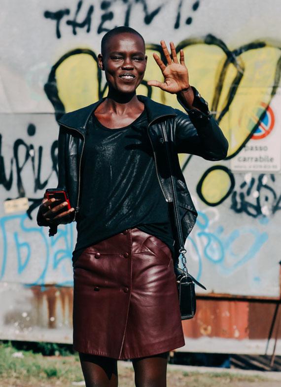 minifalda con abertura color burdeos y cazadora negra, todo de piel