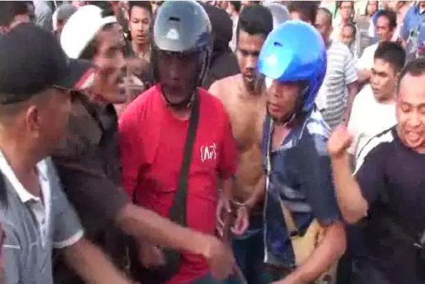 Diduga Jebak Warga, 4 Anggota Polisi Dihambo Massa