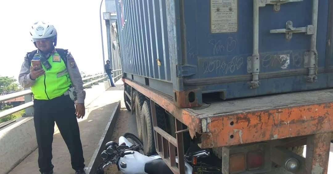 Aksi heroik pak polisi ganjal truk dengan motornya