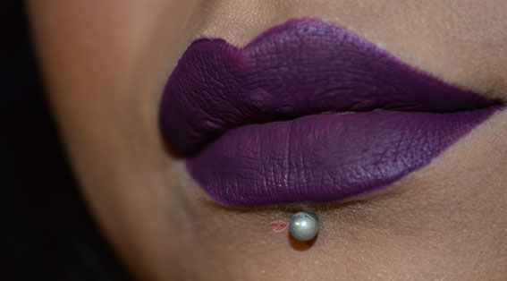 Lip swatch del Matte Lip Kit Retro Luxe Royal di Makeup Revolution