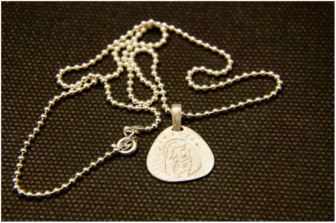 Collar de plata medalla Virgen comuniones. Joyería artesanal personalizada