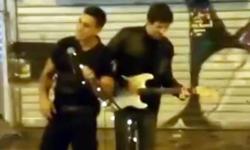 Αστυνομικός τραγουδάει «Stand by me» δίπλα σε πλανόδιο στο Μοναστηράκι (βίντεο)