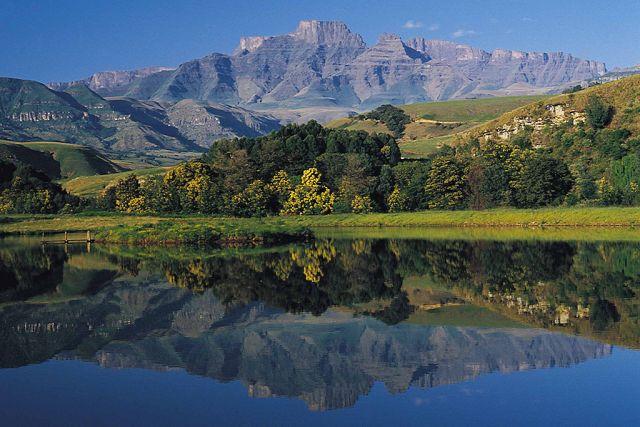 La chaîne de montagnes Drakensberg à l'Afrique du Sud