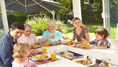 Alasan Makan Bersama Keluarga Itu Penting  7 ALASAN MAKAN BERSAMA KELUARGA ITU PENTING