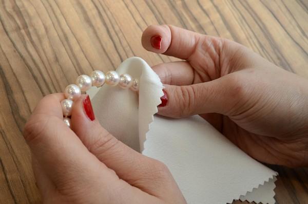 Use sempre uma flanela especial para limpeza de joias. 7e156fb7e78