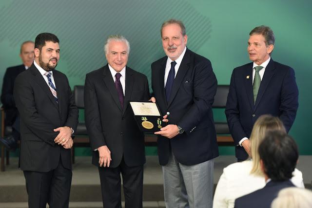 Armando recebe comenda do presidente Michel Temer