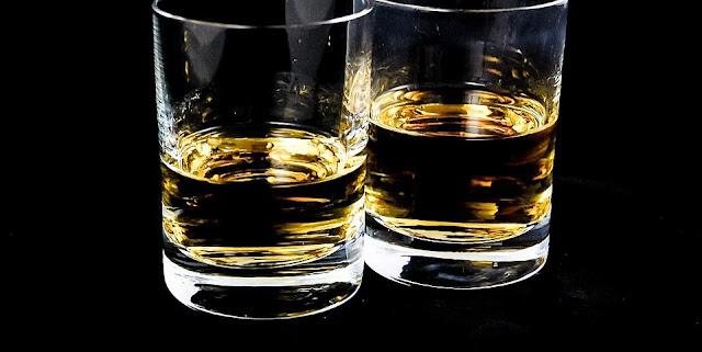 ウイスキーが注がれたグラス2個
