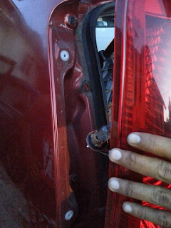 Cara Tukar Lampu Belakang Kereta Viva | Bila ada kereta pasti aka nada masalah yang berkaitan dengannya. Kali ini Am nak kongsikan bagaimana untuk menukar lampu belakang kereta viva isteri AM.  Al kisahnya sudah berbulan lamanya AM perasan masalah lampu belakang kereta isteri yang tidak berfungsi dengan baik terutamanya pada sebelah malam.  Lampu belakang akan berfungsi apabila pemandu menekan brek tetapi apabila pasang lampu, lampu belakang tidak berfungsi. Masalah ini bukanlah masalah yang besar kerana lampu untuk brek masih lagi berfungsi.  Isteri AM juga sudah beberapa lagi meminta untuk AM menghantar sahaja kereta viva ke kedai untuk di tukar lampu belakang. AM buat tak tahu je kerana AM mampu untuk menukarnya sendiri tetapi masa dan sedikit sifat malas yang bersarang di dalam diri ini membuatkan isteri hampir merajuk manja. Cara Tukar Lampu Belakang Kereta Viva  Mungkin kerana dah tergerak hati nak buat, AM pun membelilah mentol lampu belakang kereta viva. Sebelum membeli AM ada juga bertanya harga sebiji mentol ini dengan adik AM.  Katanya harga tidaklah mahal sangat, kira-kira RM 1 sahaja. Dengan yakinnya AM pergi membeli di kedai yang menjual barangan ganti kereta di kampong AM sendiri.  Sekali tuan kedai cakap RM 8 pula sebiji mentol, kenapa mahal? Rupanya mentol RM 1 adalah model kereta lama-lama sahaja. Sekarang hampir semua kereta menggunakan mentol LED sudah.  Mentol lampu belakang kereta viva pula menggunakan mentol yang sedikit berbeza kerana mentol dan tapak untuk lampu dalam satu badan sahaja. AM nak terangkan pun tak reti juga. Cara Tukar Lampu Belakang Kereta Viva