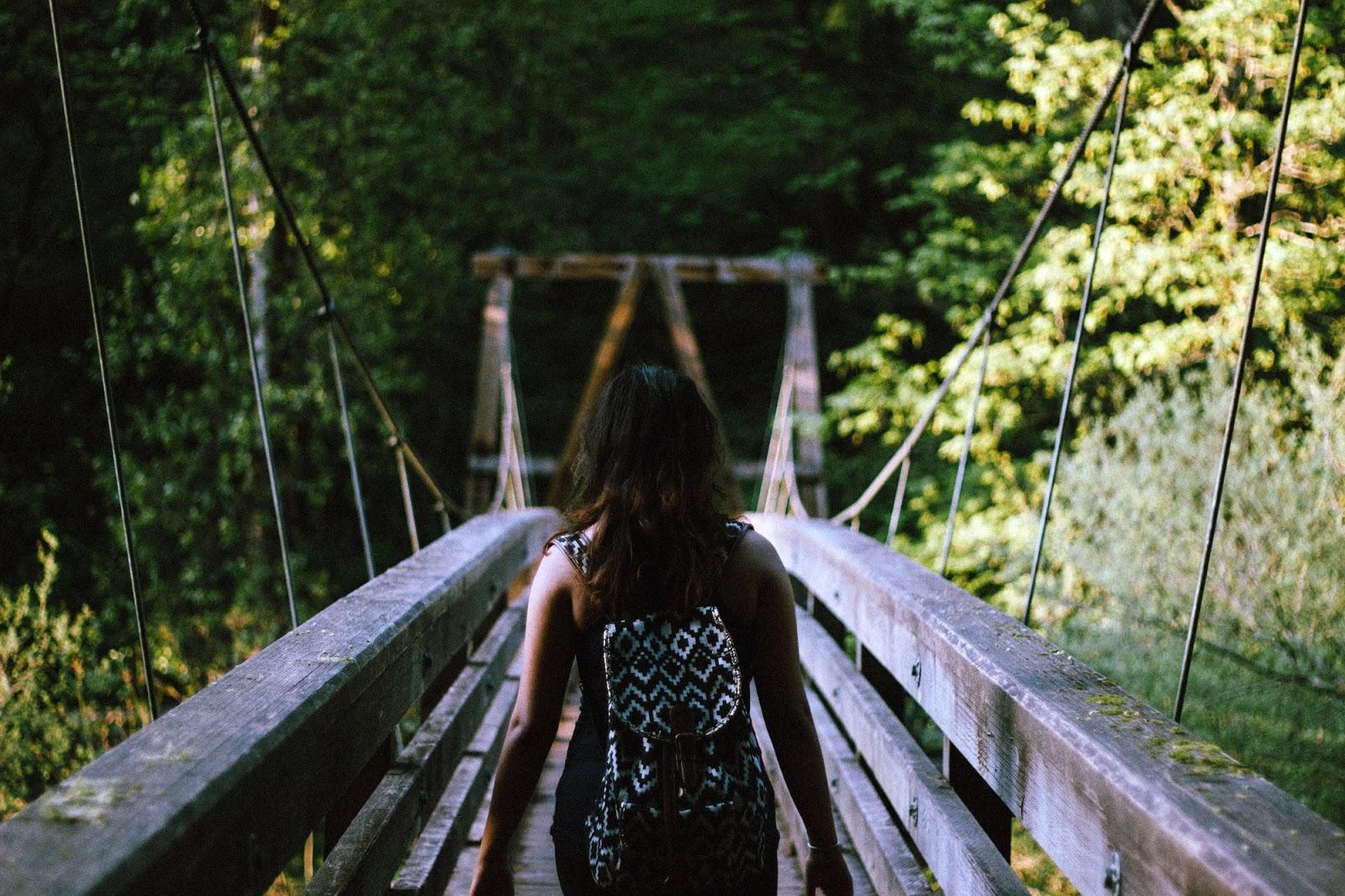 dziewczyna z plecakiem na moście