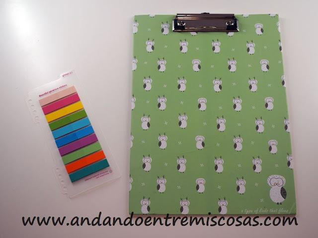 Notas adhesivas fluorescentes y carpeta con pinza