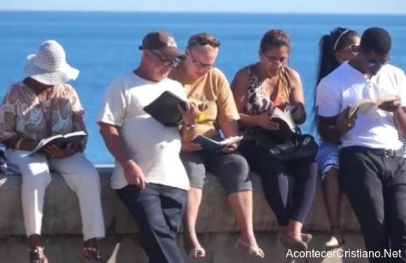 Cristianos leen la Biblia en el malecón de La Habana