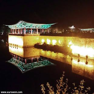 Estanque Anapji de Gyeongju iluminado de noche