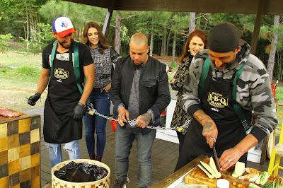 Competidores têm o desafio de cozinhar amarrados (Foto: Gabriel Gabe)