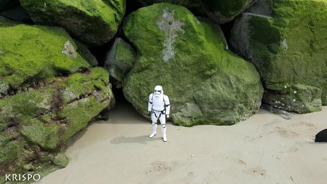 soldado clon de star wars junto a rocas
