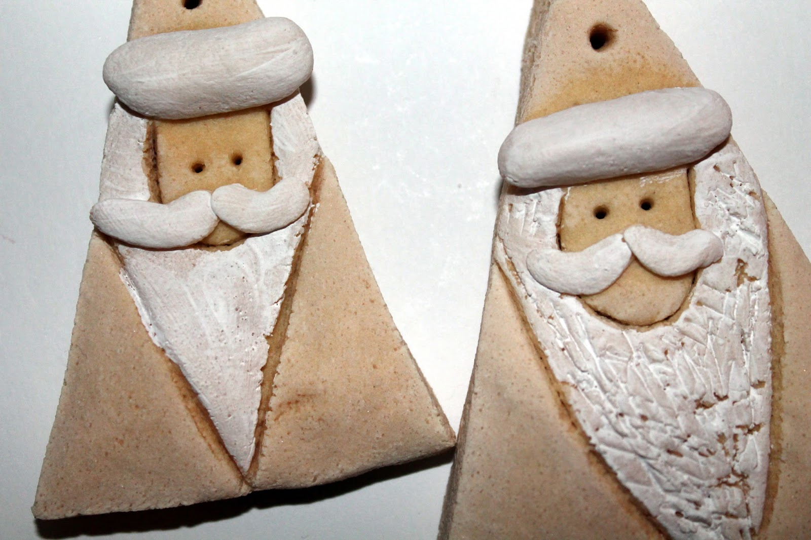 DIY, Basteln: Salzteig Weihnachtsmänner als Christbaumanhänger oder Geschenkanhänger in Weihnachtsdekoration, Wohndekoration und Geschenkideen - DIYCarinchen
