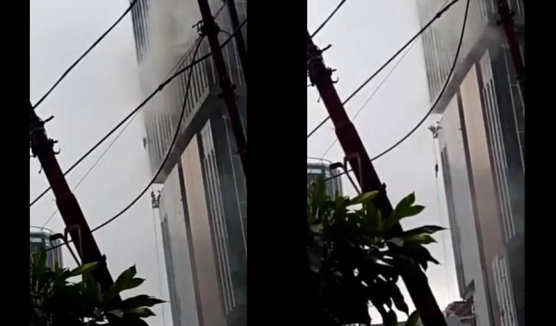 Video detik detik pekerja terjatuh akibat kebakaran di Swiss-Belhotel Kelapa Gading