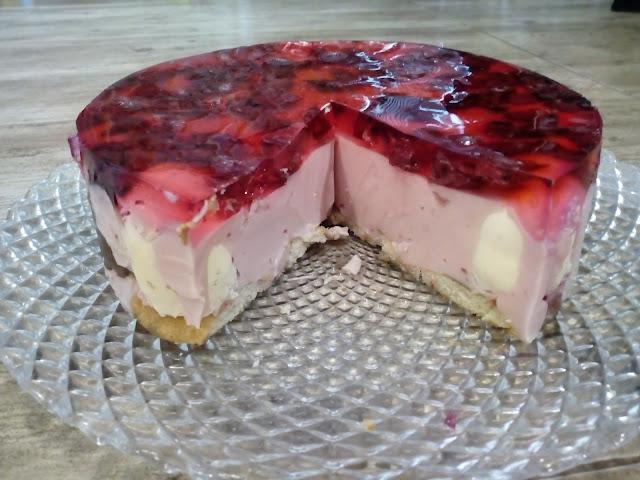 ciasto z cieplymi lodami na zimno ciasto z murzynkami ciasto z jogurtu i galaretki sernik na zimno z niespodzianka ciasto wisniowe ciasto z wisniami