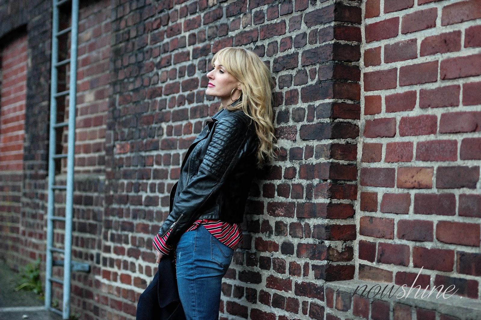 Nowshine trägt Lederjacke, Jeans, Bluse, ü40 Mode Blog