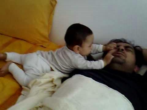 Hijo despertando a Papá