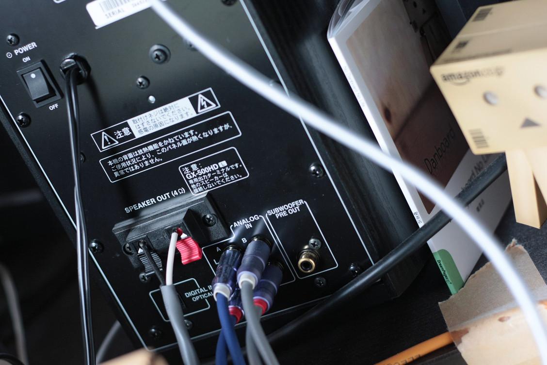 ダンボーさんも写真に写ってます.比較のためと実際の配置.ONKYOパワードスピーカー GX-500HDの背面.