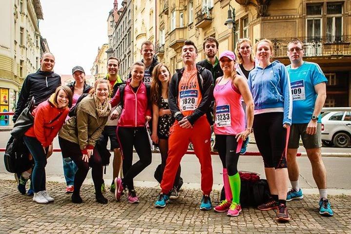 Skupinové foto před Sportisimo 1/2Maraton Praha by http://novtom.cz/