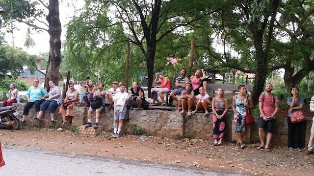 Turistas contemplando la salida de murciélagos en la Bat Cave de Battambang