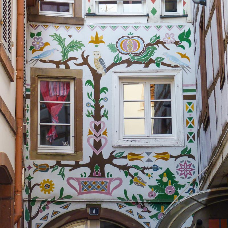 Voici une façade peinte du centre ville de Sélestat