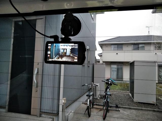 リアガラスにドライブレコーダーを取り付けした画像