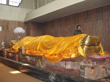 仏陀涅槃像。何かの素材の上に金箔が貼られているのだろうか。 像は黄金に... LADAKH/ネォ