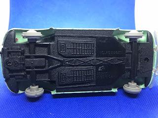 フォルクススワーゲン ビートルのおんぼろミニカーを底面から撮影