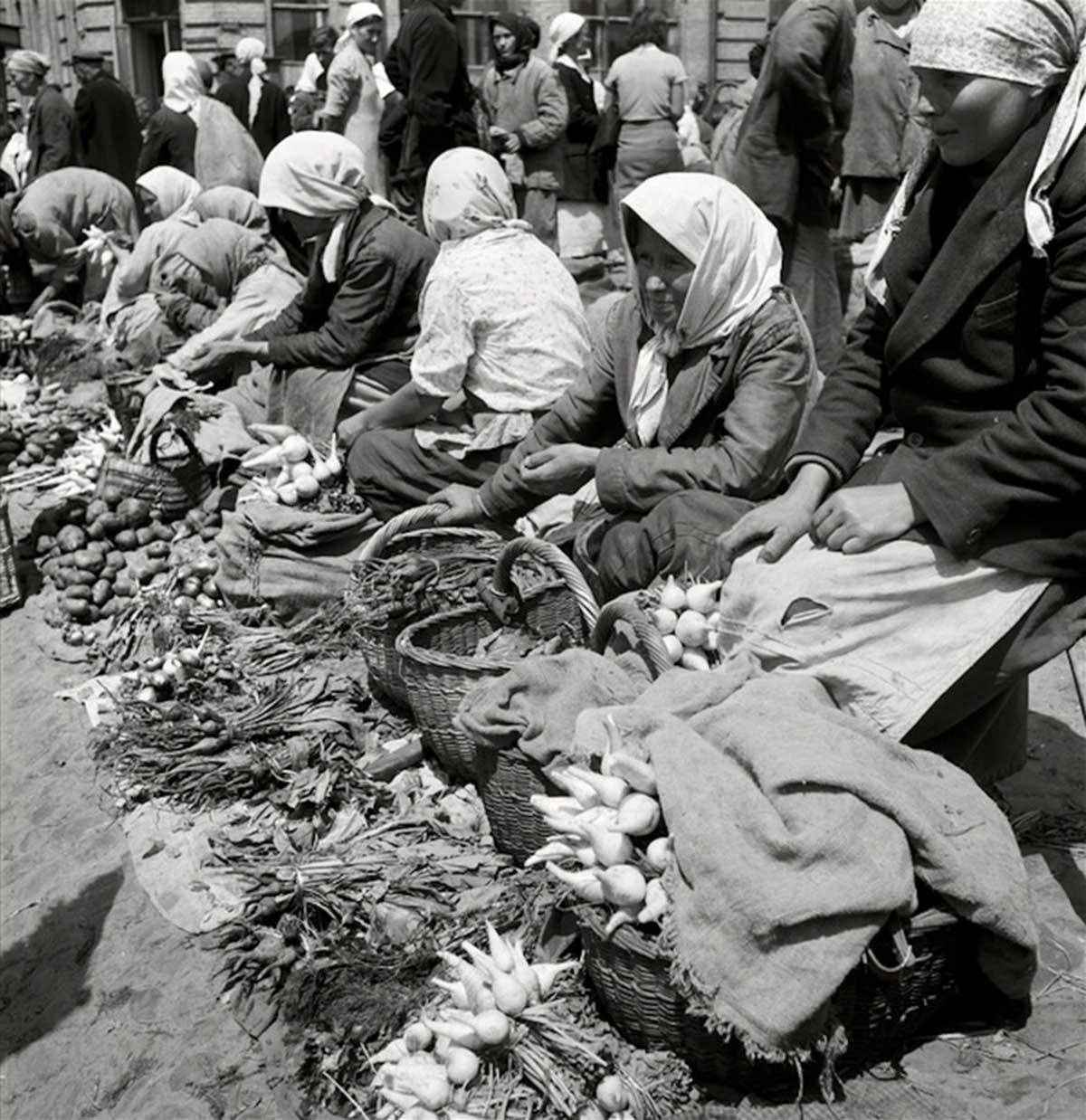 Farmers' market. 1943.