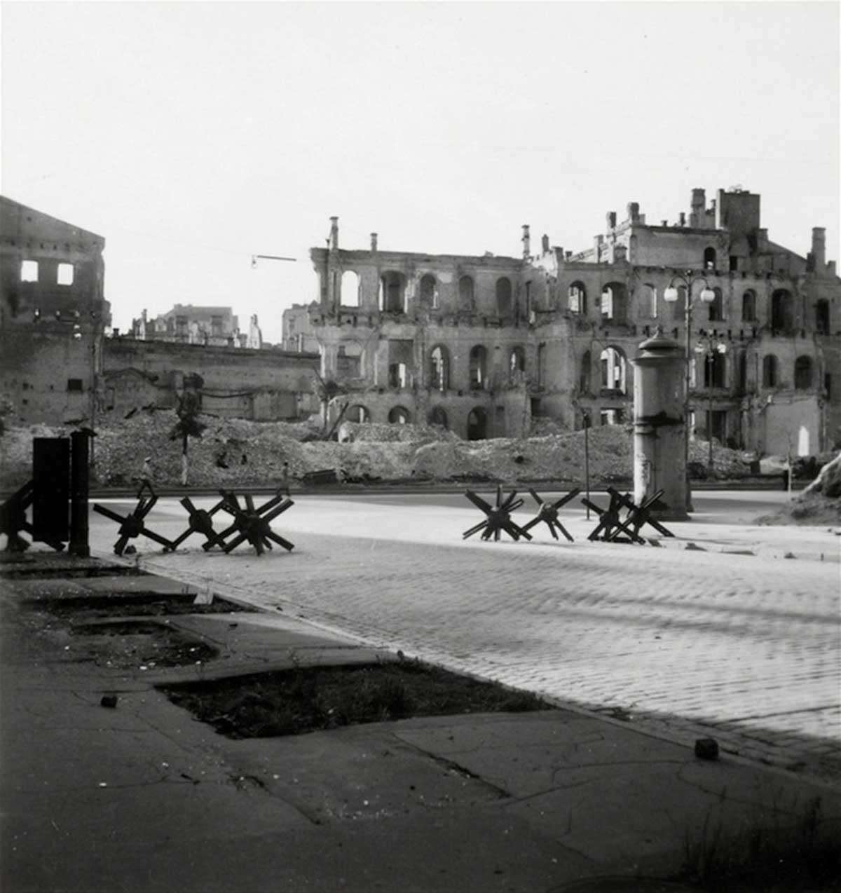 Destrucción severa de la ciudad desde la batalla de 1941 con erizos checos. Ucrania, 1943.