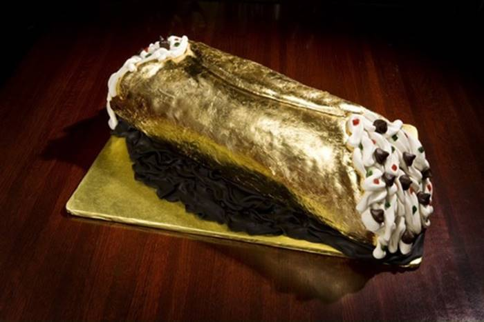Another inadequately expensive dessert - this time a golden tube with cheese cream for $  26,010. Came up with his restaurateur Jasper Mirabil - Jr. from Kansas City. Together with the cake, the client is served a diamond necklace, the price of which makes up a large part of the cost of the dessert.