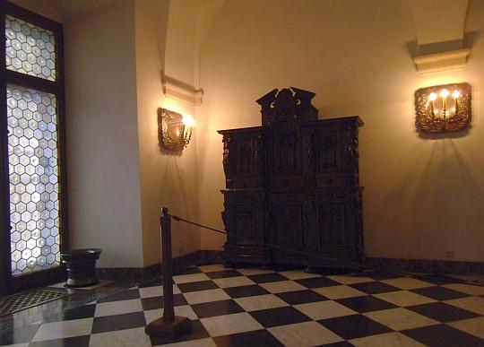 Zamek Królewski na Wawelu. Kredens z ok. 1520-1601 w sypialni króla.