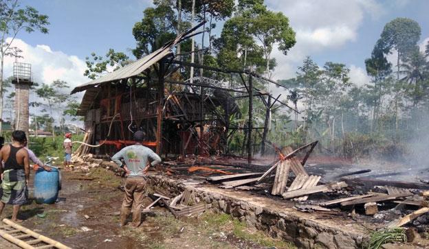 Kondisi kandang dan petugas bersama warga saat gotong royong memadamkan api