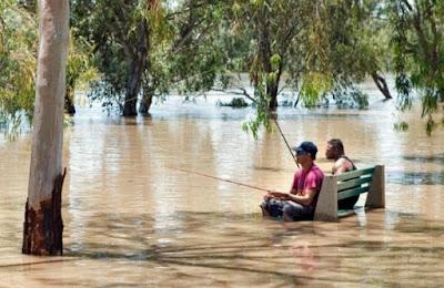 Wartende Männer beim Angeln - Überschwemmung lustig